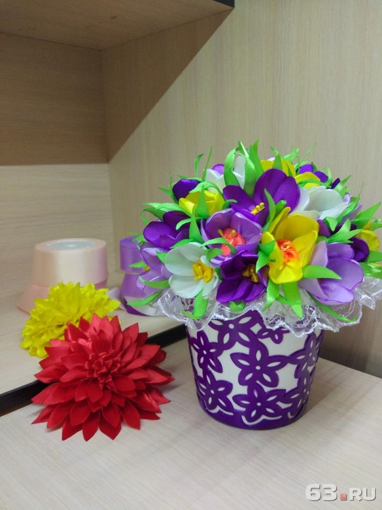 Букет из канзаши в квадратной кашпо, цветы дом